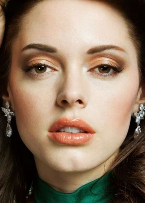 Rose McGowan_Peach_cream_eyeshadow